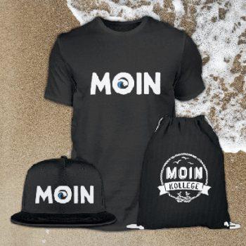 Verschiedene Produkte, bedruckt mit einem Moin. T-Shirt, Basecap und Beutel.